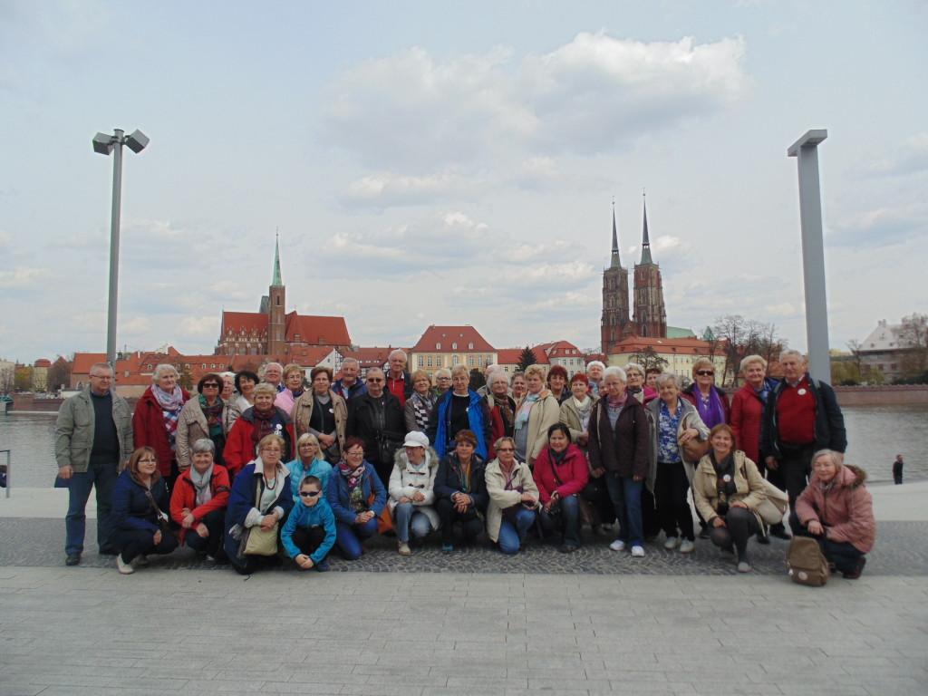 LUTW- Wycieczka do Wrocławia   Uczestnicy wycieczki na bulwarze nad Odrą - JB