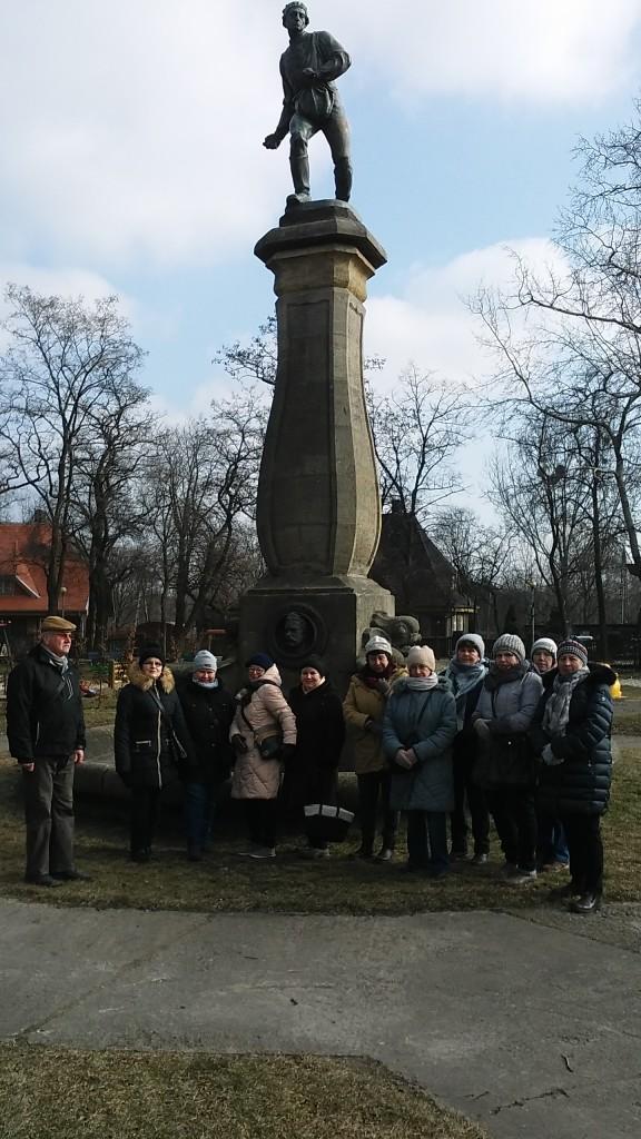 lutw-zimowe-polkolonie-przed-pomnikiem-siewcy-w-luboniu-jb