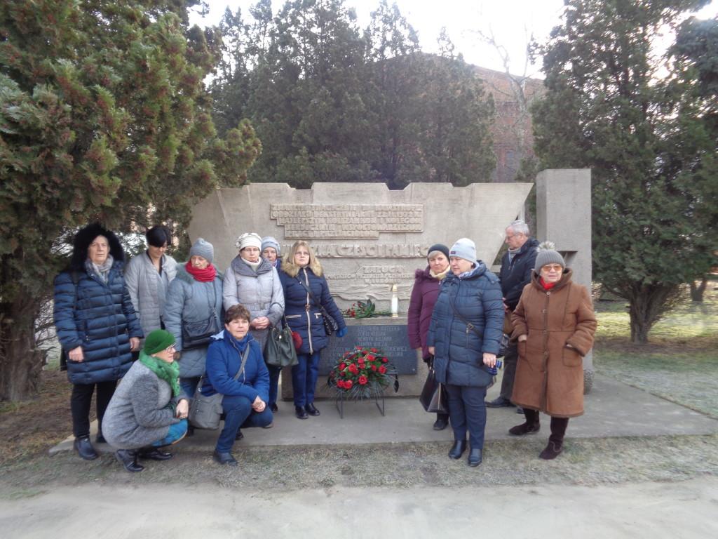 lutw-zimowe-polkolonie-przed-pomnikiem-ofiar-wybuchu-jb