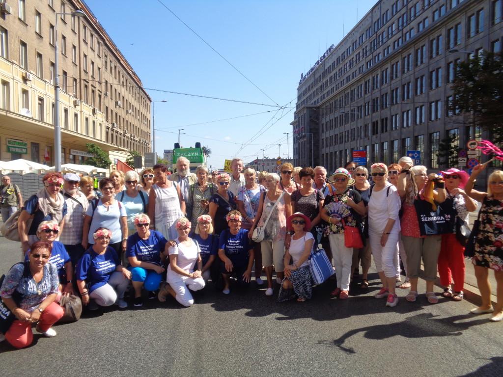 LUTW – Parada Seniorów… Słuchacze ULTW podczas przemarszu (1) JB